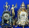 Каминные часы, канделябры, посеребренные статуэтки и сувениры.