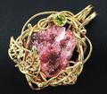 Брошь/кулон из золота с необработанным розовым турмалином и перидотом. Щелкните по стрелке в углу, чтобы увеличить.