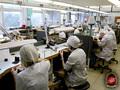 Студенты за работой в ювелирной мастерской. Мастерские оснащены современным оборудованием.