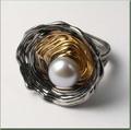 Серебро 925 проба, черный родий,позолота,вставка жемчуг, размер 9мм., Размер кольца 17. Диаметр верх