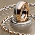 Матовое белое золото в комбинации с полированным розовым, 750. Тонкая линия брилл. посередине колец.